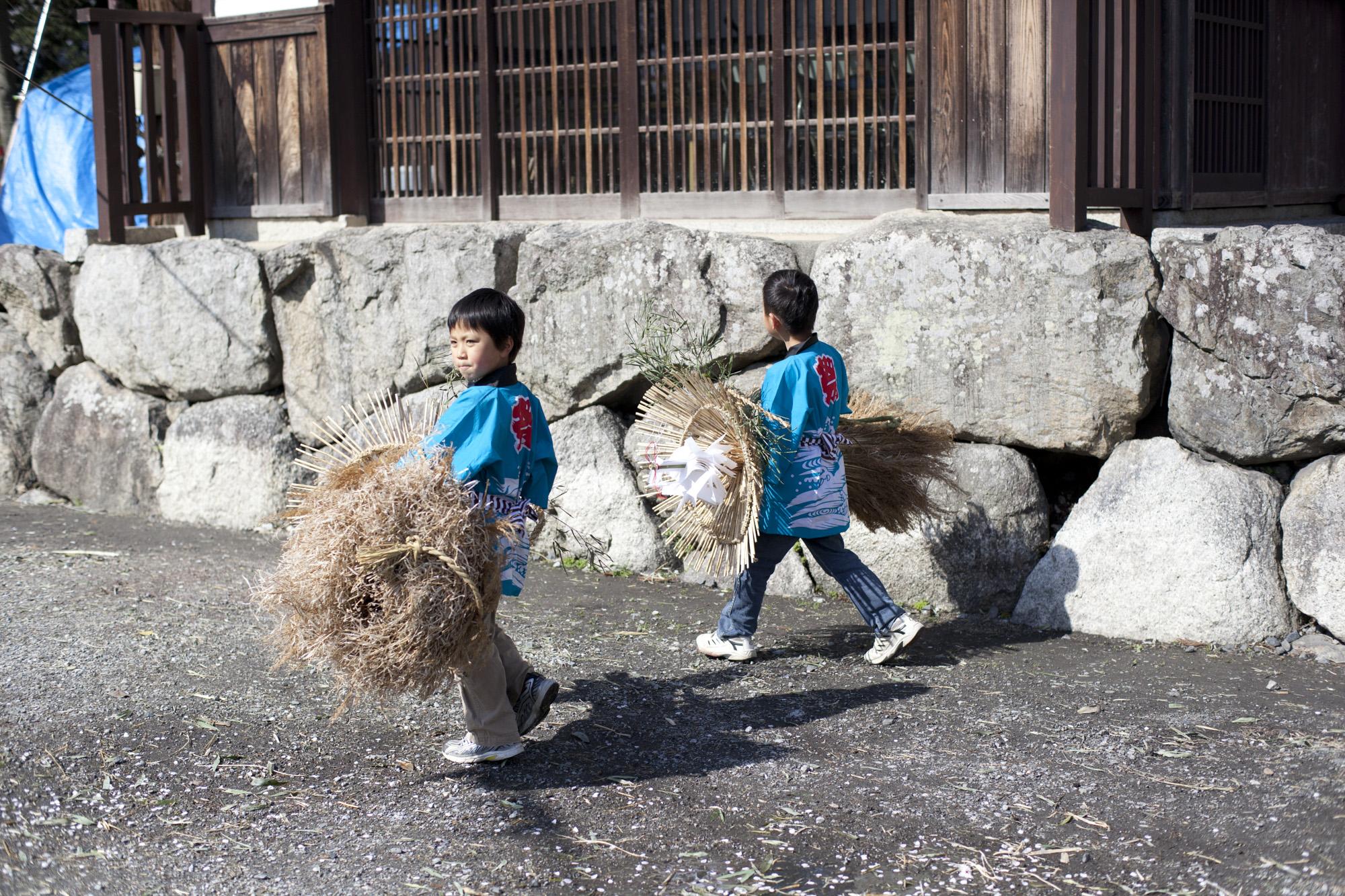 子ども松明を運ぶこどもたち(八幡まつり)
